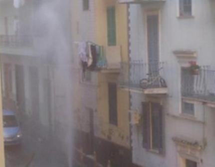 """Geyser"" improvviso in Via Maresca"