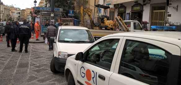 Pericolo crolli, la conduttura idrica in via Battisti è un colabrodo?