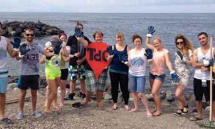 Trenta giovani stranieri ripuliscono le spiagge libere