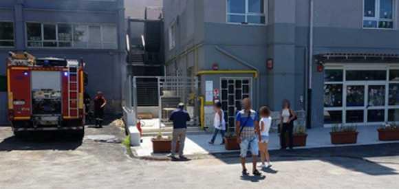 Panico all 39 asilo nido in fumo la cabina elettrica la for Piani di cabina della torre di fuoco