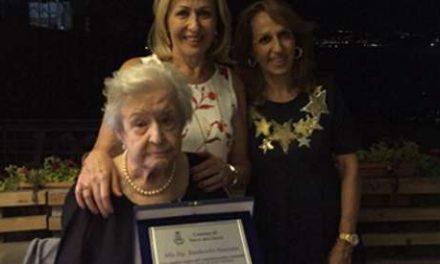 Targa e fiori per i cento anni di nonna Nunziata