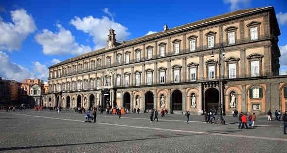 Tour da San Giovanni a Carbonara, ai quartieri spagnoli e Sanità a Palazzo Reale