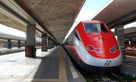 Napoli, si lancia sotto treno: gravissimo 44enne di Torre del Greco