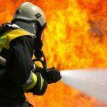 Incendio sul cavalcavia, intervengono i pompieri