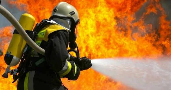 Auto in fiamme, 3 bambini salvati in extremis