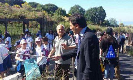 Studenti e volontari uniti per ripulire il Vesuvio, raccolti otto quintali di rifiuti