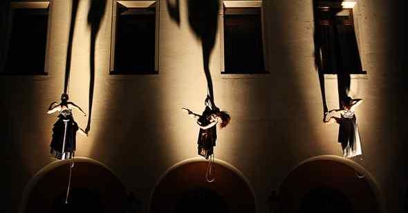 In scena, la danza verticale di Forme Uniche