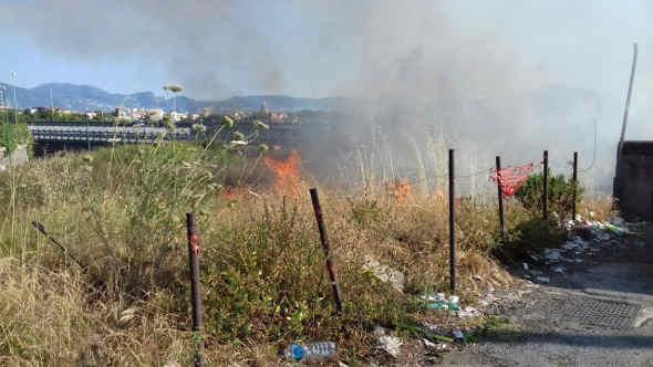 Incendio a via cavallo, nei pressi dell'autostrada