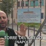 Emergenza rifiuti, a Torre del Greco arriva anche Luca Abete e la troupe di «Striscia la Notizia»