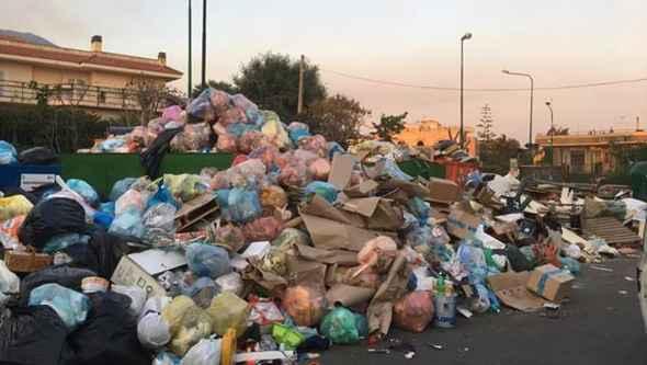 Caos rifiuti, strade sporche e riapertura cava a Villa Inglese
