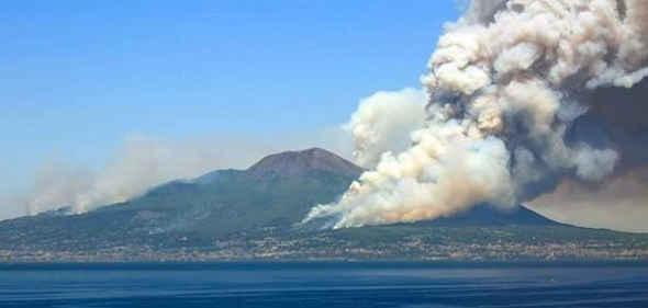 Vesuvio in fiamme, Crolla un pezzo del Parco Nazionale