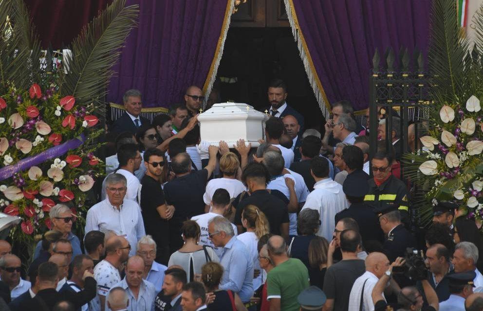 Torre Annunziata salute per l'ultima volta le 8 vittime della palazzina