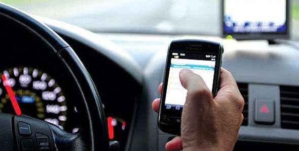 Sequestrati veicoli senza assicurazione e sottratti punti per l'utilizzo del telefono durante la guida