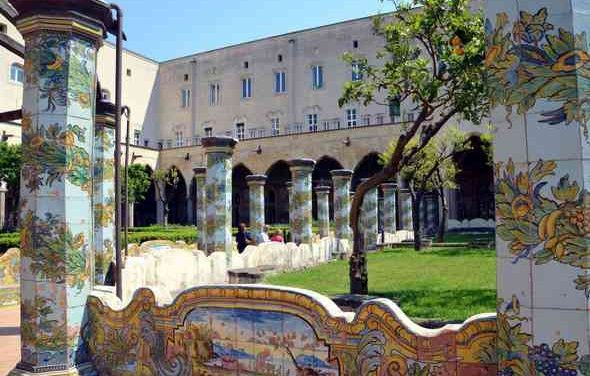 Appuntamenti:Complesso di Santa Chiara, Castello di Baia, Sotterranei della Pietrasanta, Pio Monte della Misericordia, Chiesa di Gesù e Maria a Pontecorvo e acquedotto…in un hotel!