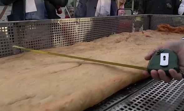 A Napoli la pizza fritta più lunga del mondo