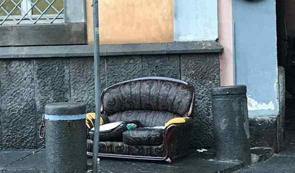 Caos rifiuti, divano davanti alla sede storica della BCP