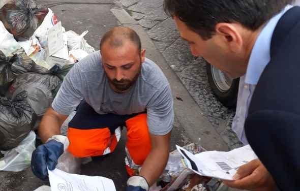 Ercolano, anche il sindaco Buonajuto in strada ad aprire i sacchetti per scovare gli incivili della differenziata