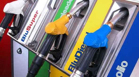 Benzina, a Como si paga sempre di più