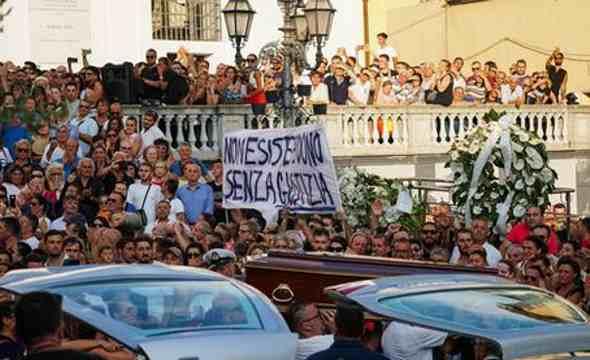 """Tragedia di Genova. Il padre di una delle vittime: """"Il Comune dedichi loro un monumento"""""""
