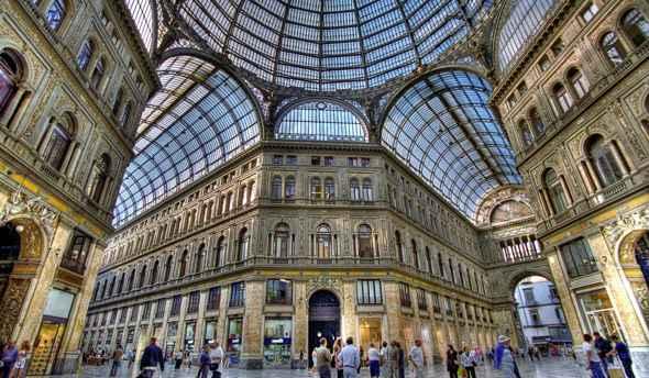 Caduti calcinacci all'interno della Galleria Umberto a Napoli