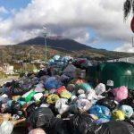 Rifiuti 'sporcano' la vista del Vesuvio