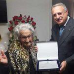Consegna targa nonna centenaria