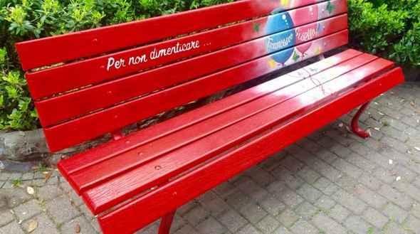 Una panchina rossa in ricordo di Mariarca