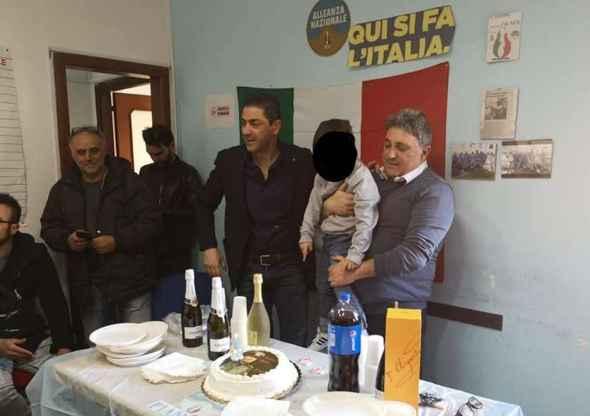 """Napoli, Compleanno Nonno (FdI) con torta Mussolini.  Borrelli (Verdi): """"Apologia fascismo"""". Nonno: """"Borrelli è tra i responsabili dell'emergenza rifiuti in Campania"""