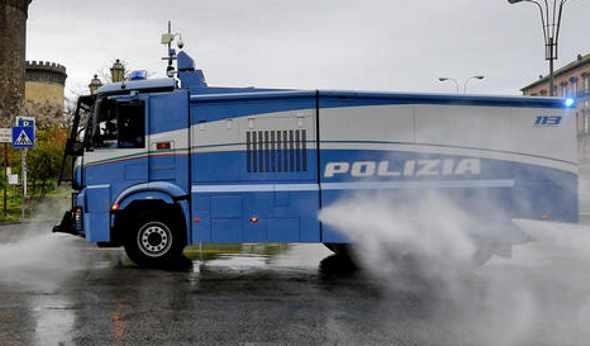 Napoli. Idranti della Polizia puliscono le strade