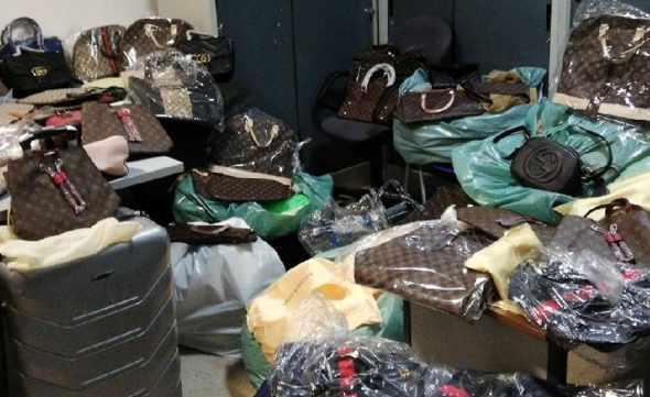 Sequestrati in un outlet 5mila capi abbigliamento contraffatti
