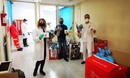 """Solidarietà, gusto e Coronavirus: l'associazione """"Tra Cielo e Mare"""" e Antonio Goeldlin consegnano mascherine, giocattoli e uova di cioccolato al Santobono Pausilipon"""