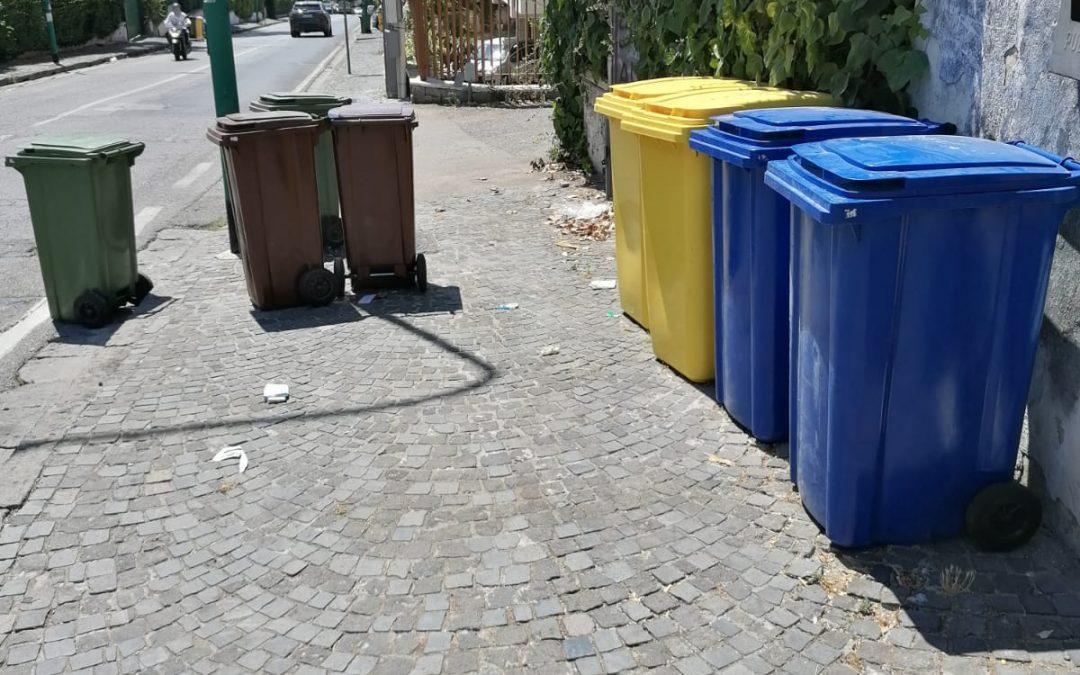 Così lasciano i bidoni quando prelevano la spazzatura in via De Nicola [Foto notizia]