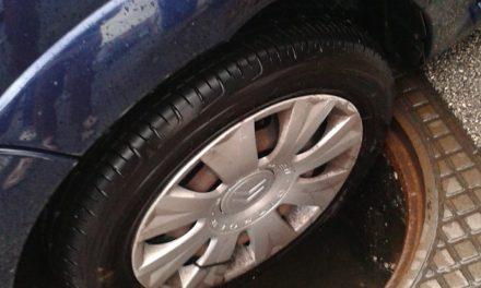 Pioggia torrenziale: salta il tombino, l'auto ci finisce dentro, ma i soccorsi…