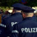 Insulta poliziotti, arrestato