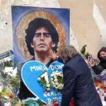 Napoli, Bruno Conti depone fiori e si inginocchia davanti al murales di Maradona