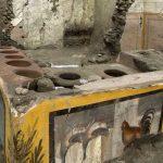 Pompei, riaffiora per intero l'antica tavola calda della Regio V