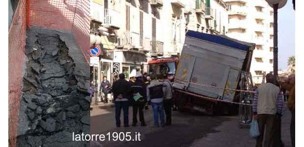 Via Roma, sprofonda un camion nel tratto appena asfaltato