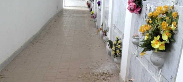 Cimitero, cancelli chiusi nei pomeriggi d'estate