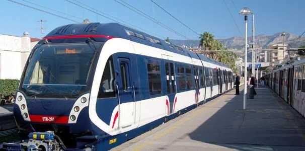 Palpeggia e si struscia su due turiste in treno, arrestato