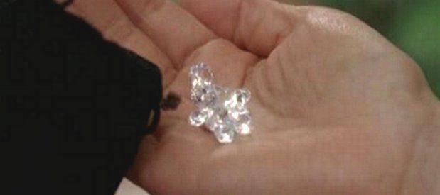 Truffa, tentavano di vendere diamanti finti: due arresti