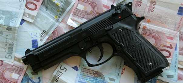 Rubarono marsupio con pistola della Polizia Municipale: fermate due persone
