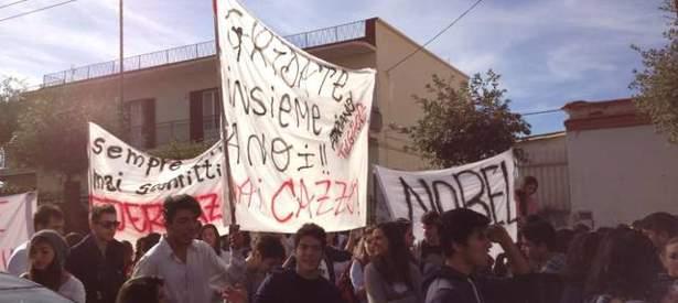 Studenti in piazza per chiedere più fondi per l'istruzione e l'edilizia scolastica