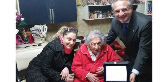 Nonnina centenaria, targa e fiori in omaggio