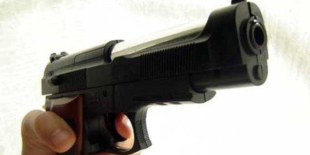 Punta la pistola contro i poliziotti ad un posto di blocco: ecco come è finita